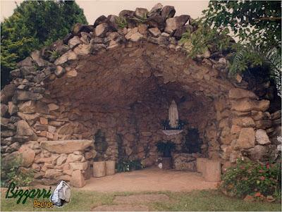 Construção de gruta de pedra, com pedra moledo. Gruta de Nossa Senhora de Fatima, na igreja de São Pedro, no bairro do Portão em Atibaia-SP.