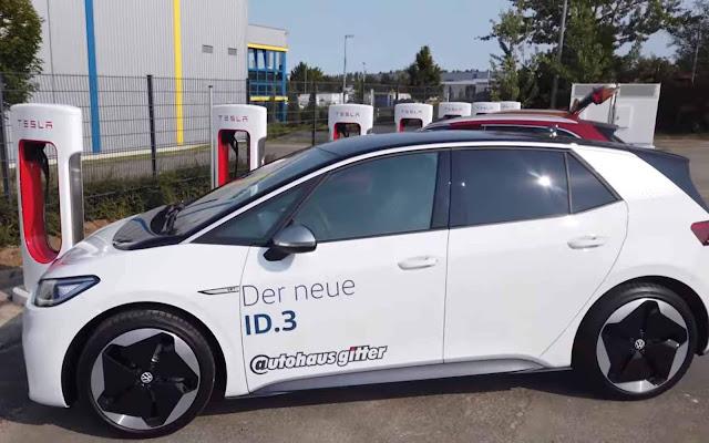 VW ID3 é carregado gratuitamente em charger da Tesla