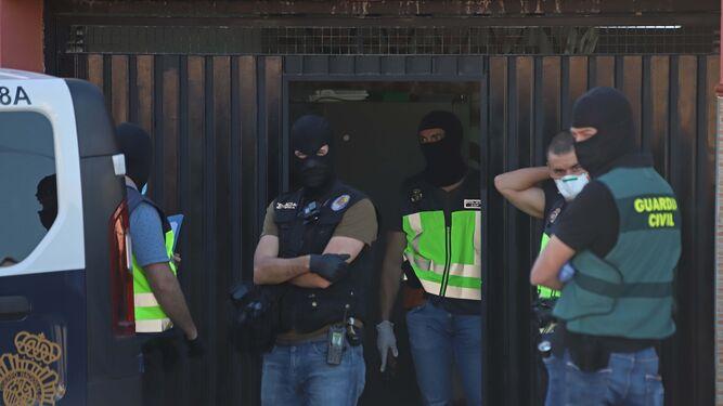 La policía española decomisa 5 toneladas de hachís y detiene a 100 miembros de la banda que la transportaba desde Marruecos a España.
