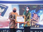 Serahkan Penghargaan  3 Sektor, Gubernur Khofifah Minta Para Penerima Bisa Jadi Role Model Bagi Kabupaten/Kota di Jatim