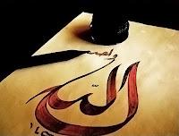 Hat sanatıyla eski bir kağıt üzerine yazılmış Allah yazısı