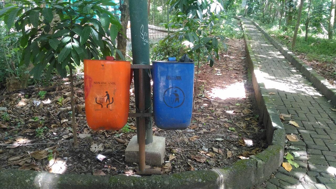 Tong Sampah Hutan Kota Srengseng