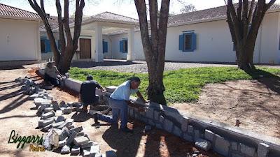 Bizzarri, da Bizzarri Pedras na parte da manhã, fazendo o revestimento de pedra, fazendo as muretas de pedra com pedra paralelepípedo rachado e pedra folheta na sede da fazenda em Atibaia-SP.