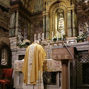 Papa Francesco raccolto in preghiera nella Santa Casa di Loreto in occasione della vista del 25 Marzo 2019
