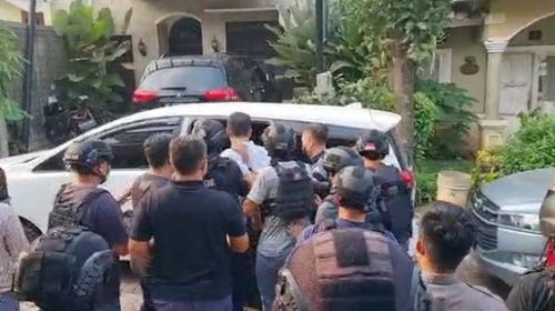 Tak Sempat Pakai Sandal Munarman Langsung Dibawa Ke Polda Metro Jaya
