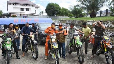 Gunakan Motor Trail, Bupati dan Ketua DPRD Soppeng Pantau Korban Bencana di Masamba