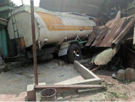 Truk tangki yang menabrak rumah warga.