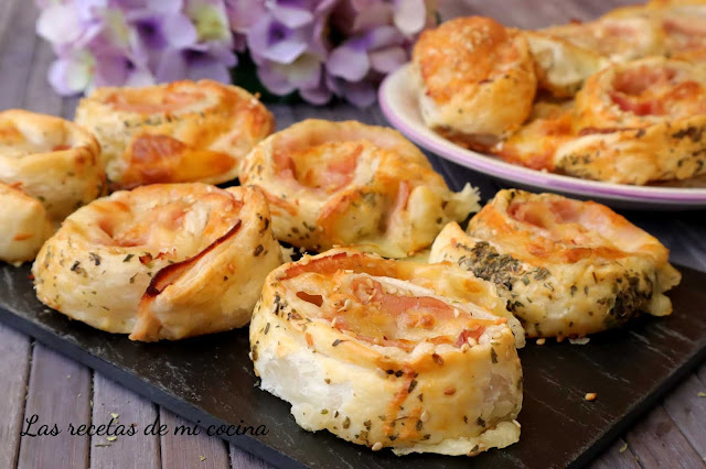 Hojaldre de jamón y queso y un toque de orégano
