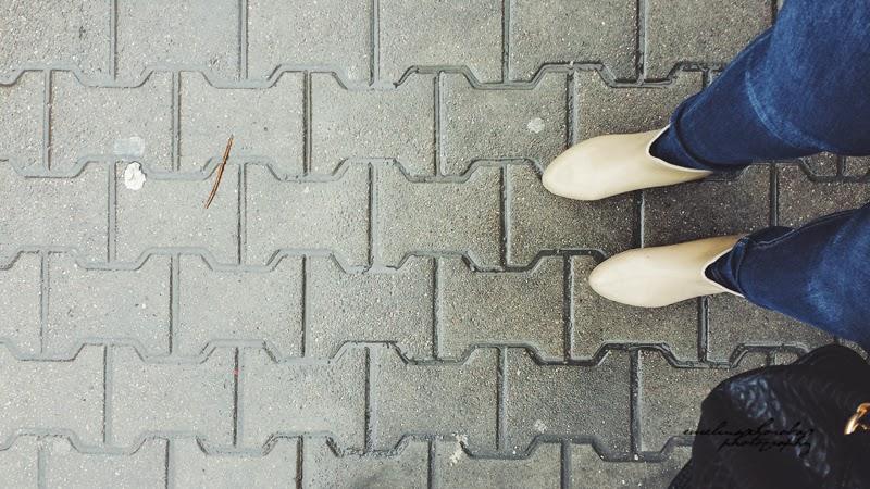 kalosze, buty, kobiece nogi na chodniku, podróż, Warszawa