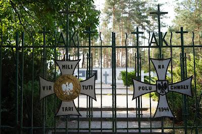Brama wejściowa na cmentarz partyzancki w Wierszach