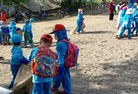 Anak TK bersama 4Ocean Peduli Kebersihan Pantai, Kamu?!