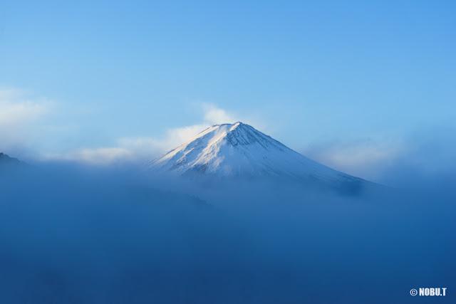 霧に浮かぶ富士山~河口湖
