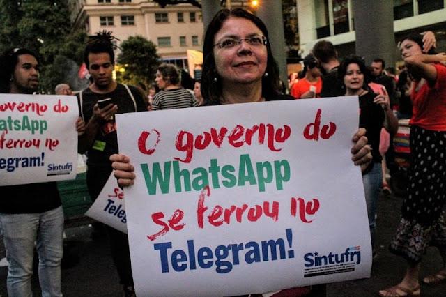A foto mostra uma manifestante carregando seu cartaz de protesto contra o presidente bozo na manifestação de 14/06/19 o cartaz diz: o governo do hastapura se ferrou no telegram!