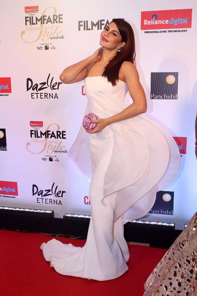 Jacqueline Fernandez In White Dress at Filmfare Glamour Style Awards 2017