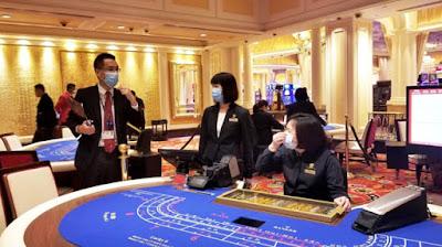 Pekerja Casino Memakai Masker