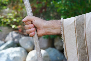 A Páscoa e o Cajado na Mão