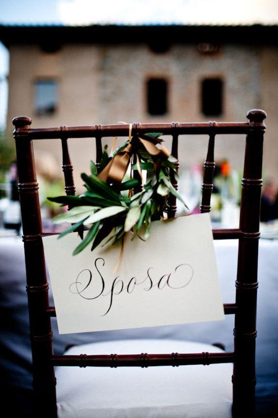 Decoración rústica y provenzal para una boda sencilla y con encanto, silla decorada con identificador para la novia y corona vegetal de laurel