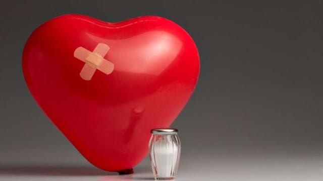 Γράφει η Χριστίνα Χρυσοχόου, Καρδιολόγος στην Πανεπιστημιακή Καρδιολογική Κλινική στο Ιπποκράτειο ΓΝΑ.  Το αλάτι αποτελεί βασικό συστατικό της φύσης, απαραίτητο για την ανάπτυξη και διατήρηση της ζωής. Αποτελεί επίσης το πιο γνωστό συντηρητικό τροφών, καθώς έχει αντιμικροβιακές ιδιότητες, με γνωστή χρήση στην συντήρηση των μουμιοποιημένων νεκρών των αρχαίων Αιγυπτίων. Η ιστορική αξία της χρήσης άλατος υπογραμμίζεται από το γεγονός ότι συχνά αποτελούσε μέσο οικονομικής συναλλαγής και αιτία εχθροπραξιών στα χρόνια του Μεσαίωνα. Ο Ιπποκράτης (450 π.Χ.) ήταν ο πρώτος που αναγνώρισε τις θεραπευτικές ιδιότητες του αλατιού.