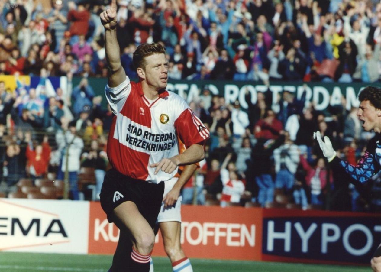 John van Loen viert zijn goal tegen Willem II