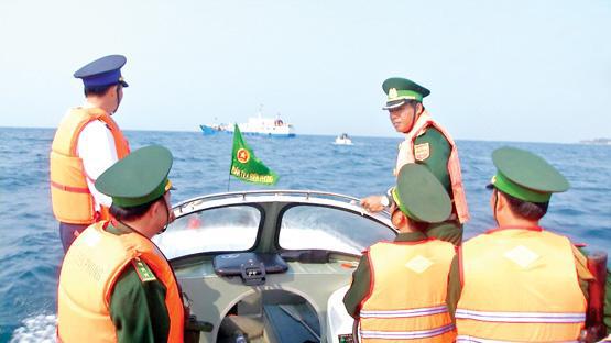 Bộ đội Biên phòng và Cảnh sát biển tuần tra trên vùng biển Lý Sơn.