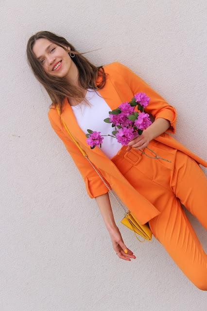 kolorowe garnitury- trendy 2019- jak nosić- moda- co założyć- elegancka stylizacja- garnitur damski- żółty i pomarańczowy