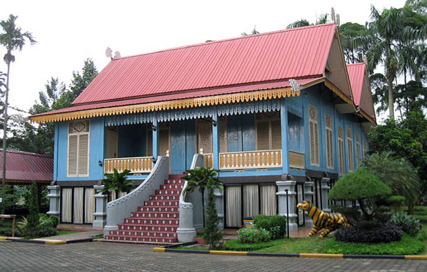"""Rumah Adat Provinsi Kepulauan Riau """"Belah Bubung"""""""