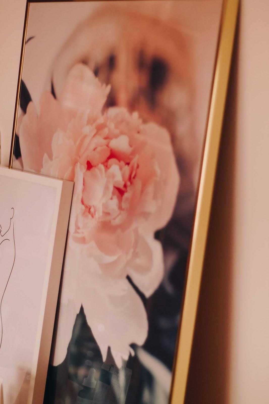 Foi o ano passado que conheci a Desenio e escolhi alguns quadros cá para casa (três para o meu quarto e dois para a sala). Se ainda não conhecem, a Desenio é uma loja online recheada de posters lindíssimos, molduras e muita inspiração para decorar todas as divisões da nossa casa.