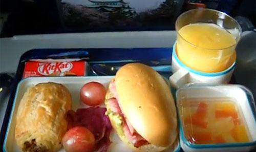 MENU INDONESIA :  Menu Indonesia selalu tersedia, namun terkadang ada menu aka Eropa yang disajikan di dalam pesawat. Seperti dalam foto yang saya ambil dalam penerbangan ke Bali tahun 2010 yang lalu. Foto Youtube Asep Haryono
