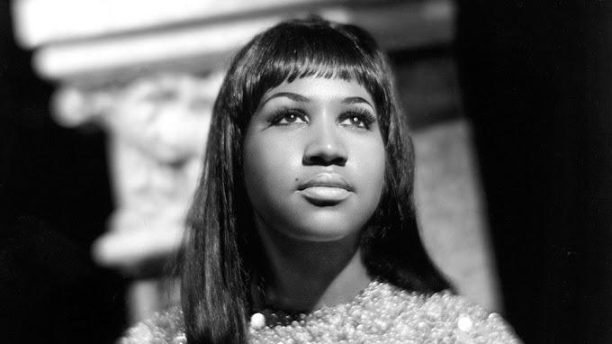 Aretha Franklin ganhou respeito e menções favoráveis como uma cantora gospel de 18 anos
