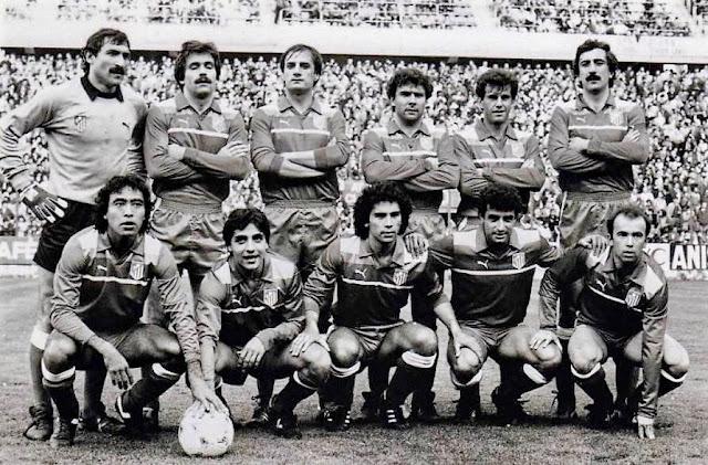 CLUB ATLÉTICO DE MADRID - Temporada 1984-85 - Pereira, Votava, Balbino, Julio Prieto, Landáburu, Arteche; Cabrera, Tomás, Hugo Sánchez, Quique Ramos y Marina. REAL SPORTING DE GIJÓN 1 (Zurdi) CLUB ATLÉTICO DE MADRID 2 (Marina 2). 17/04/1985. Copa del Rey, cuartos de final, partido de ida. Gijón, Asturias, estadio del Molinón.