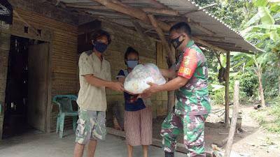 Serda Endang Arifin Memberikan Pakaian Layak Pakai Untuk Warga Yang Membutuhkan DiKampung Binaan.