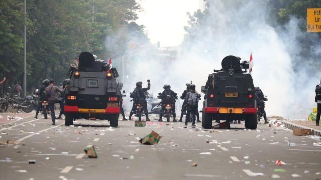 Relawan Muhammadiyah Ditabrak Motor Polisi dan Dipukul Saat Jaga Aksi Demo, Corona Geram!