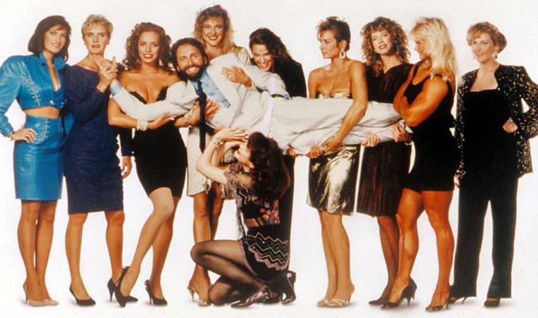John Ritter und viele überwiegend namenlose Schönheiten in SKIN DEEP (1989) von Blake Edwards. Quelle: Morgan Creek