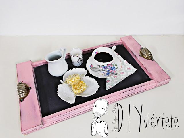 DIY-bandeja-madera-bricolaje-craquelé-pintyplus-pintar-chalkpaint-pizarra-rosa-desayuno-10
