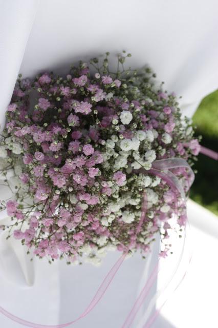 Stuhlsträußchen - Schleierkraut-Wolken in rosa und weiß - Sommerhochzeit in Bayern, Garmisch-Partenkirchen, Riessersee Hotel, Hochzeitshotel, Babies breath wedding