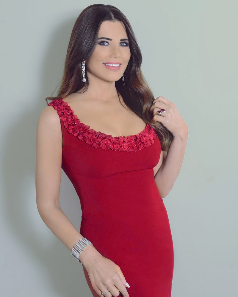 Mona Abou Hamze Presenter Seksi dari Lebanon cantik dengan rambut berombak
