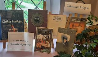 Zdjęcie przedstawia 6 książek na sztalugach i dwa napisy: Książki zakazane oraz Książki zakazane z powodów obyczajowych.