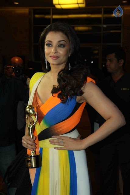 Aishwarya Rai Luks Super Sexy & Cleavy Show at Hello Hall of Fame Awards 2016