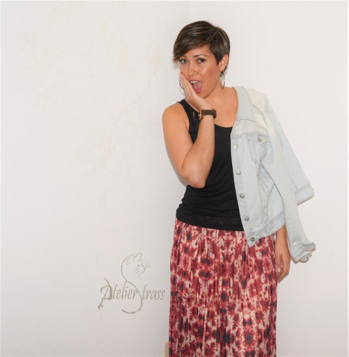 falda plisada con cazadora denim