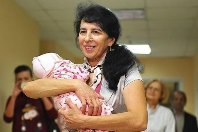 Женщина в Москве родила дочь в 60 лет. Как выглядит девочка и как они живут сейчас