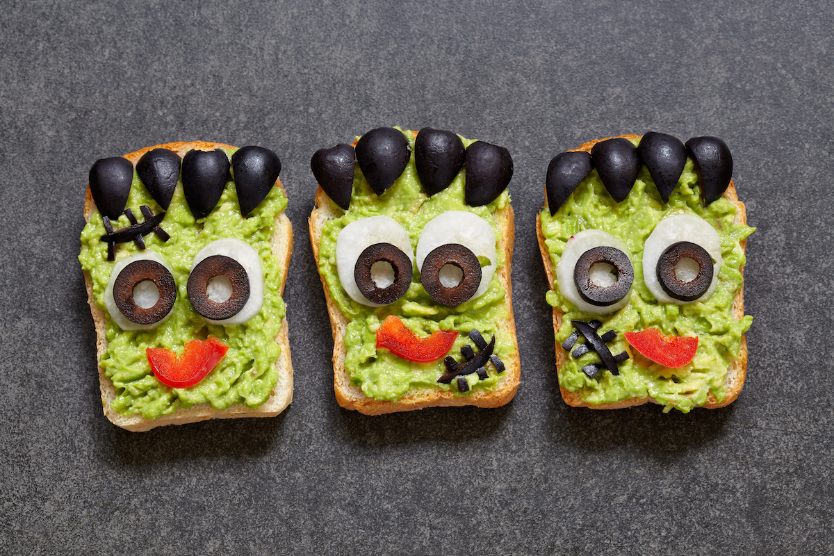 sandwiches para halloween con cara de Frankestein hecha con verduras