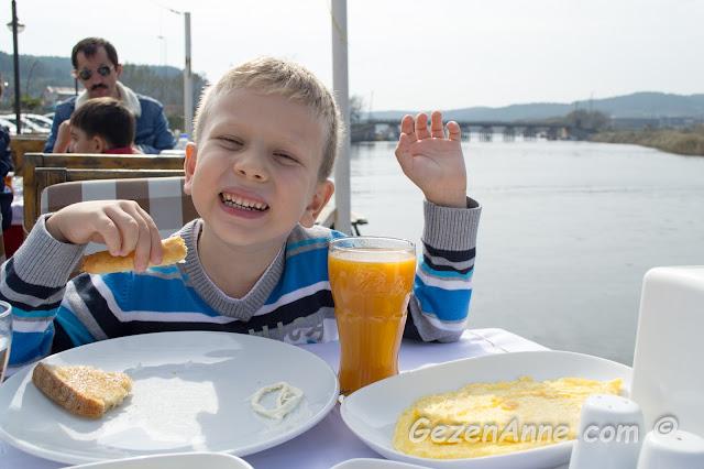 oğlumun sigara börekli, omletli keyifli kahvatısı, İskelem Balık restoran Riva