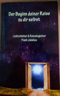 das Cover zeigt eine offene Tür vor einem pinken Sternenhimmel