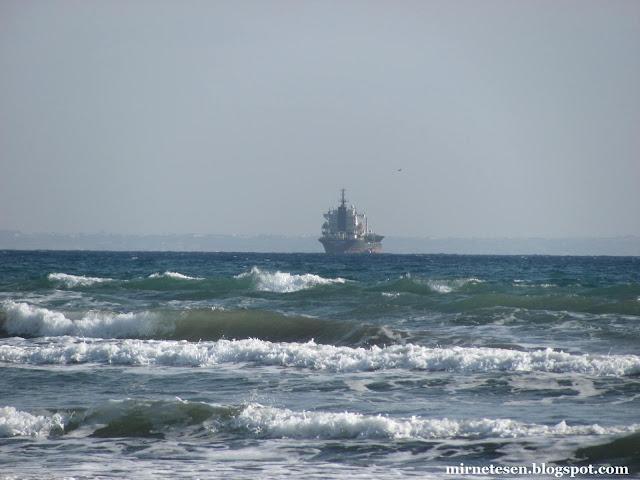 Корабль в Средиземном море у побережья Ларнаки