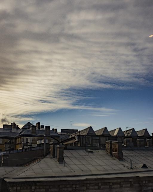 размытое небо размытые облака интересные облака крыша Питера СПБ Санкт-Петербург