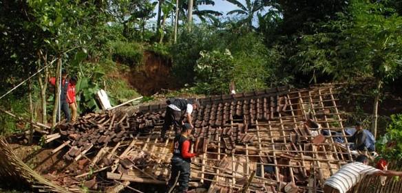 Berita Banjir Garut & Longsor Sumedang Bahasa Jawa Paling Anyar 2016