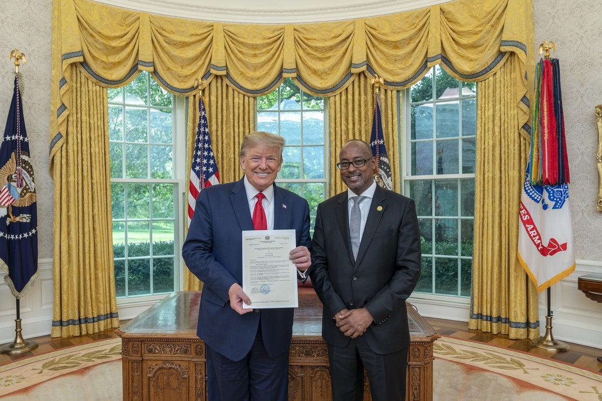Donald Trump oo warqadaha aqoonsiga safiirnimo ka gudoomay danjiraha #Somalia