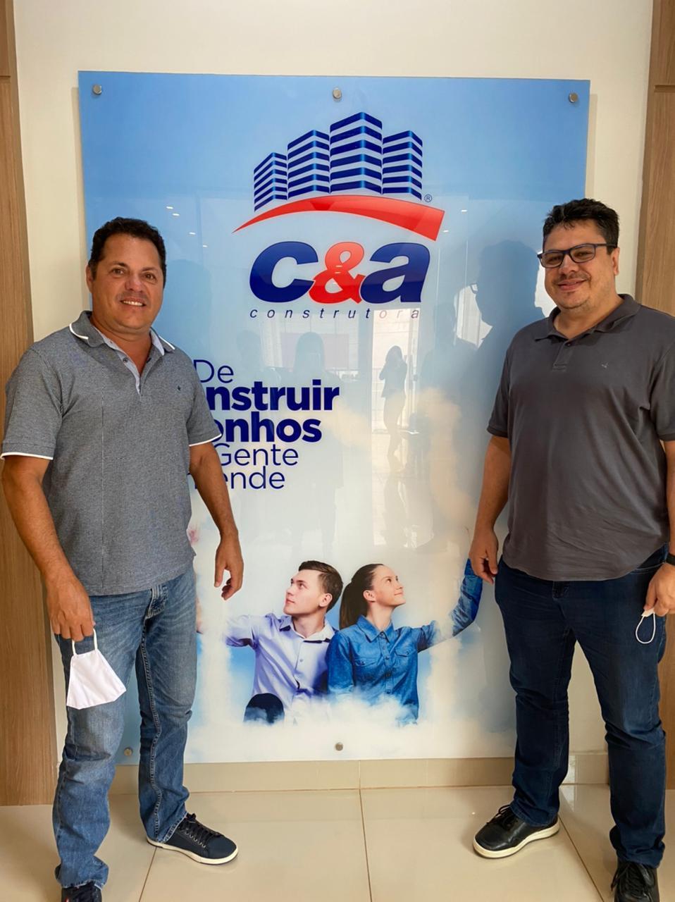 Foto mostra o presidente da C&A Construtora e o diretor do Mixto em reunião sobre patrocínio