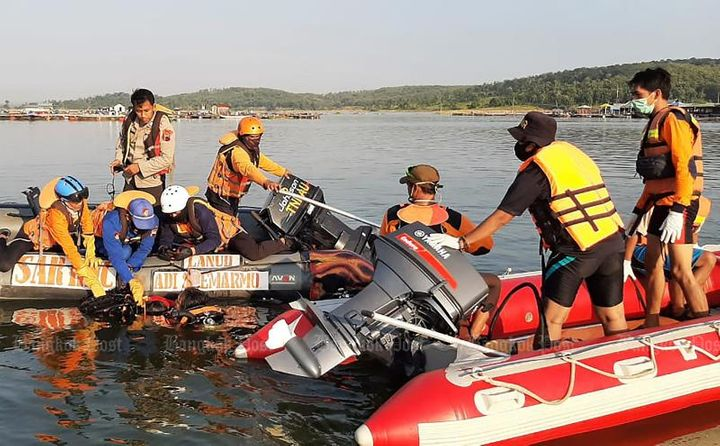 Seven Indonesians drown after boat selfie attempt