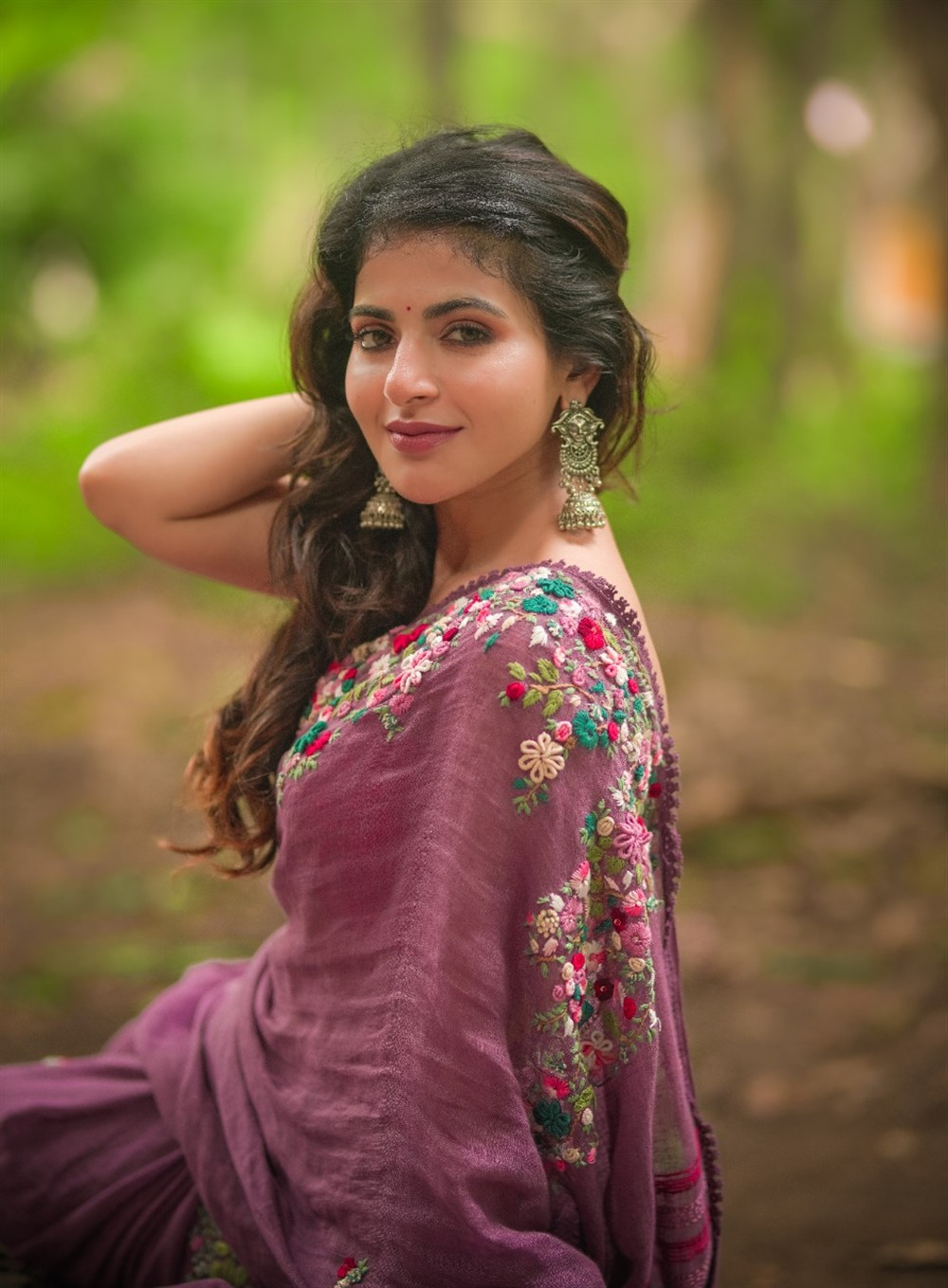 Iswarya Menon tempting hot Saree Photos